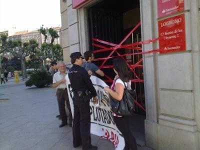 EL PCPE PRECINTA LA OFICINA PRINCIPAL DEL SANTANDER EN LOGROÑO